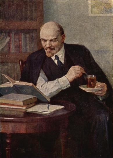 Lenin leyendo tomando té