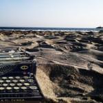 Macchina-scrivere-spiaggia-794x595