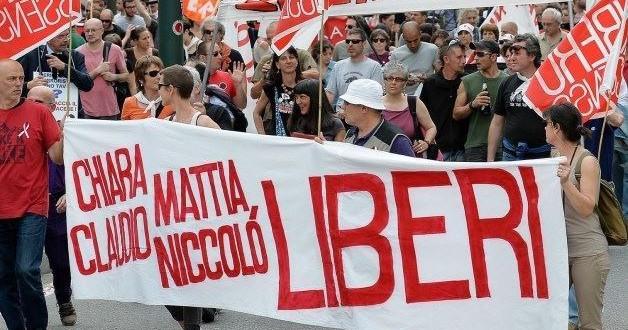 Chiara, Claudio, Mattia e Nicco fuori dal carcere.