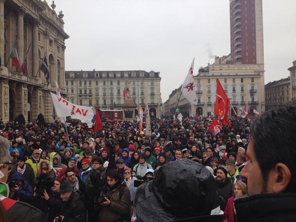 Manifestazione NO TAV: in migliaia sotto la pioggia invadono Torino