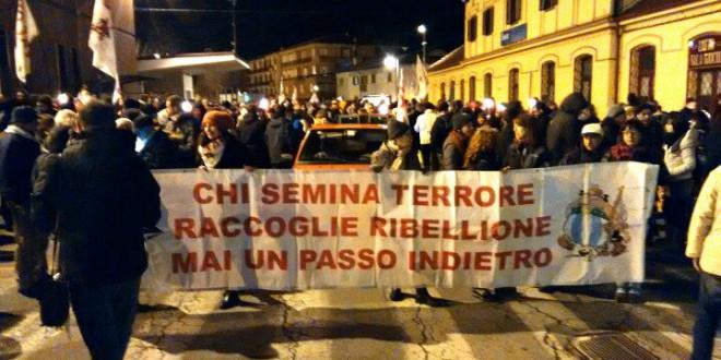 1000 fiaccole #notav a Susa e i carabinieri fortificano la caserma + VIDEO